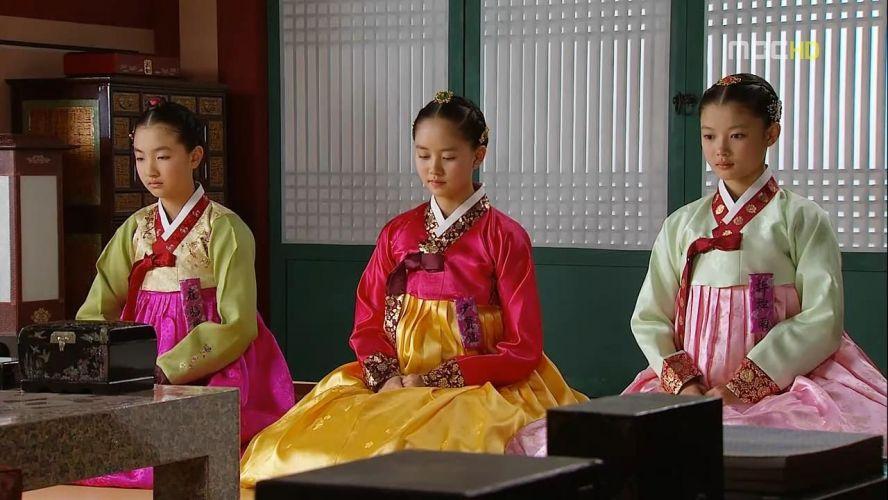 the moon embracing the sun A the moon embracing the sun egy szerelmi történetet mesél el lee hwon király és egy wol nevű, női sámán között wol nemesi családban született és vált koronahercegnővé, de csapdába csalták, így végül sámánként élt tovább.